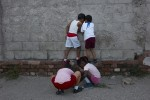 Habana_boys_looking_through_a_hole_for_web