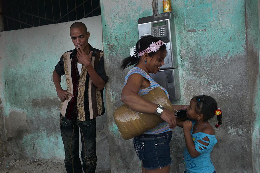 Habana_mother_holding_public_phone_for_daughter_gor_web