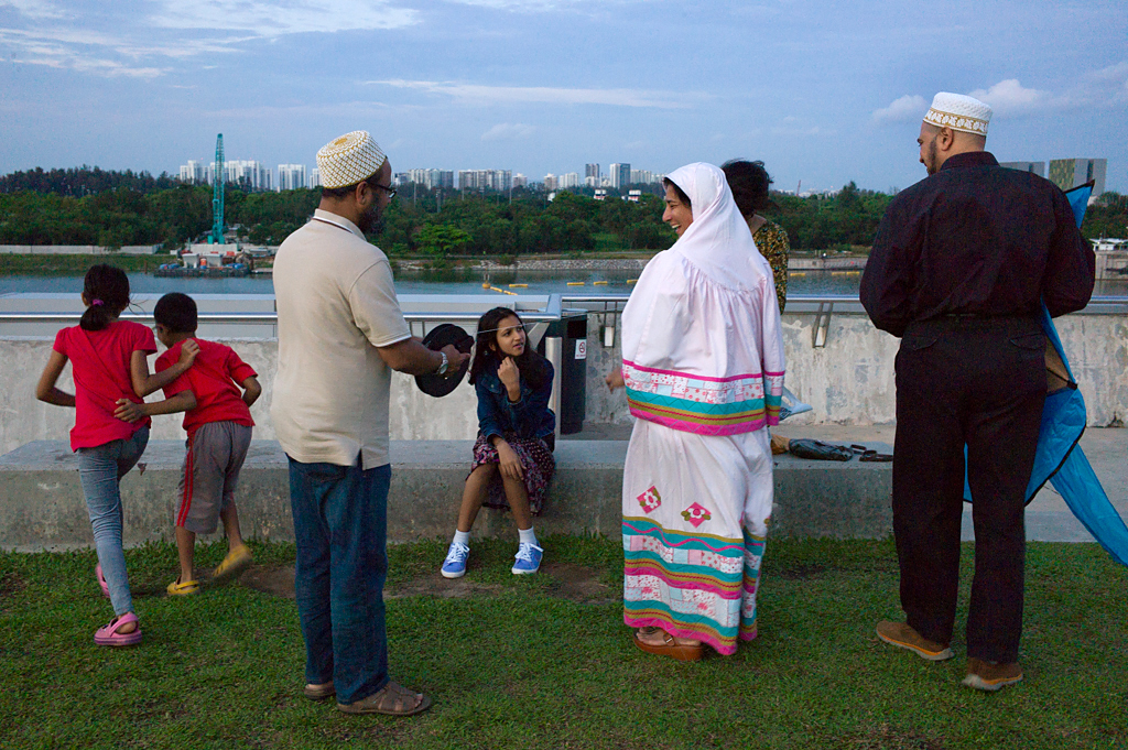 L1111142-Singapore-Muslim-Family-from-India-at-Barrage