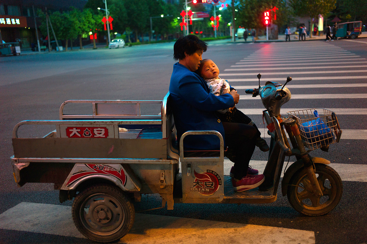 L1352071-Anguo-mother-and-son-in-moto-truck-1200
