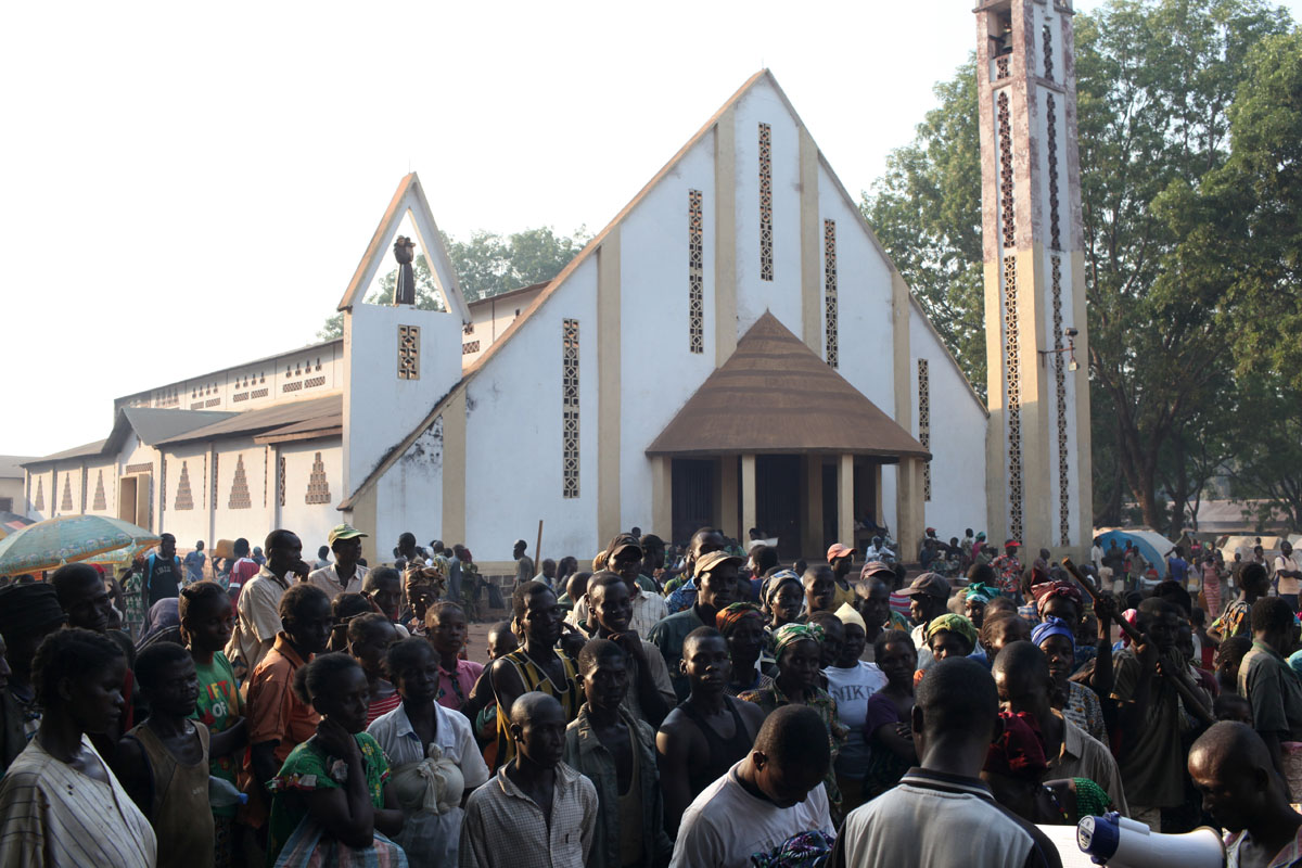 In front of the Bossangoa Church,displaced people wait for food distribution.