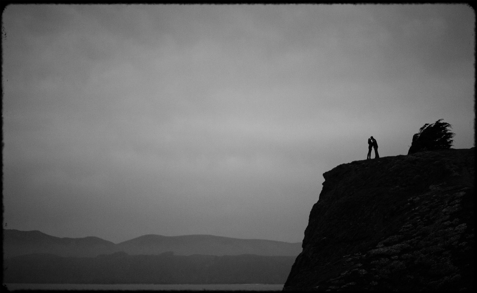 san_francisco_cliff_engagementepic_black_and_white