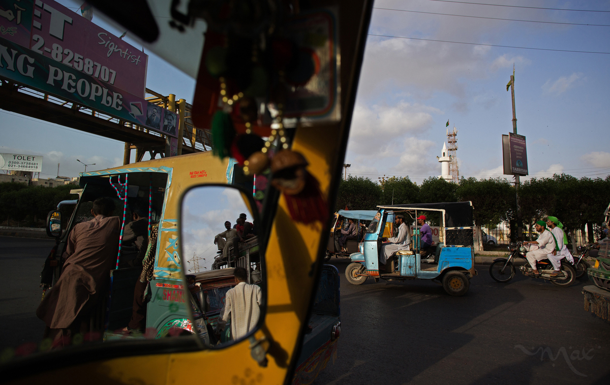 KARACHI, PAKISTAN. People rush home from work before the sun sets during Ramadan in front of a mosque run by the Ahle Sunnat Wal Jamaat party in the middle-class Nagin Chowrangi neighborhood in Karachi, Pakistan on Monday, July 7, 2014. The Ahle Sunnat Wal Jamaat was once called Sipah-e-Sahaba, a banned group in Pakistan.