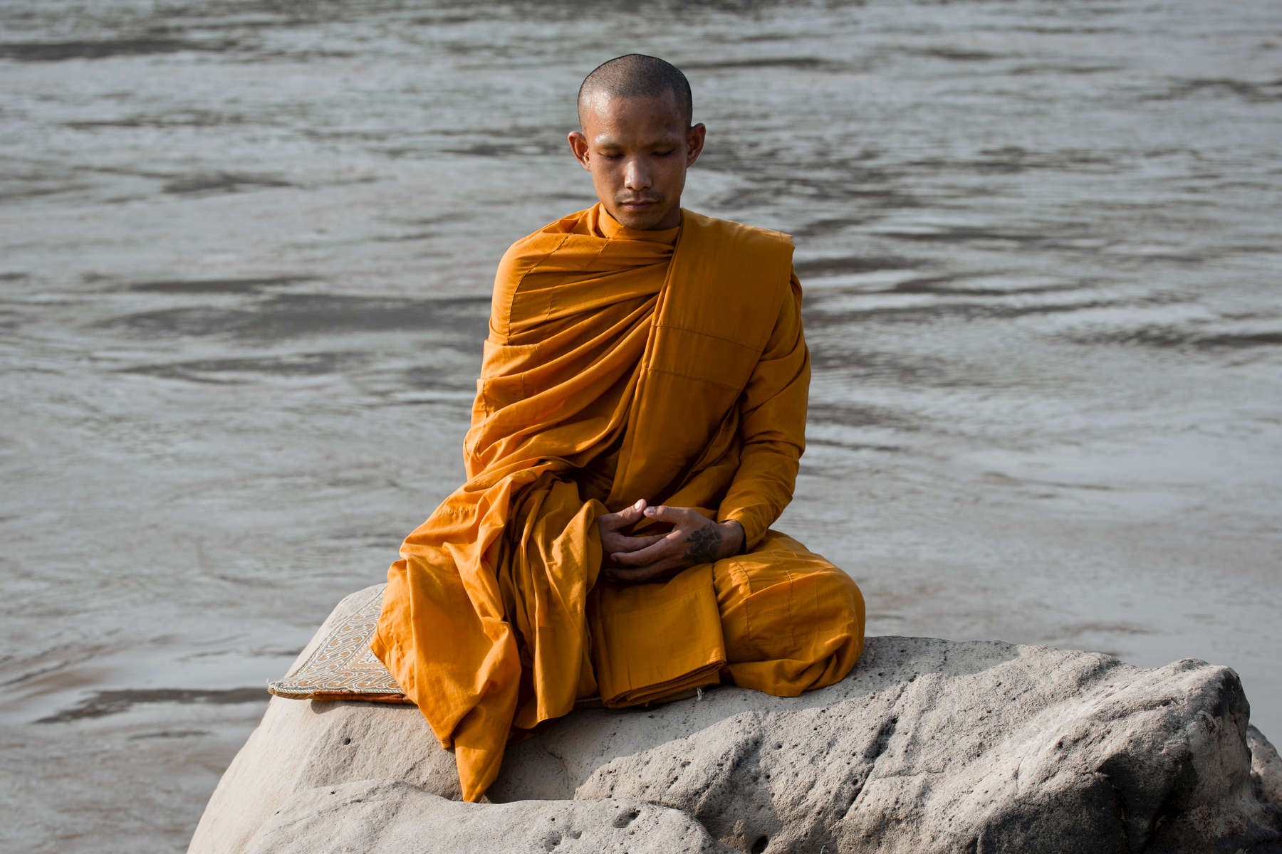 laos-luang-prabang-meditating-monk-mekong-river-photo-by-cyril-eberle-CEB_1085