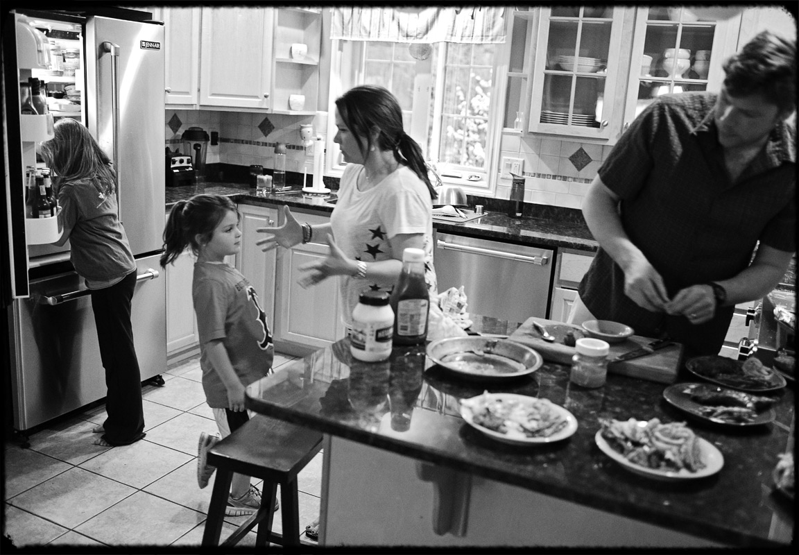 family-kitchen-documentary-photography-in-virginia