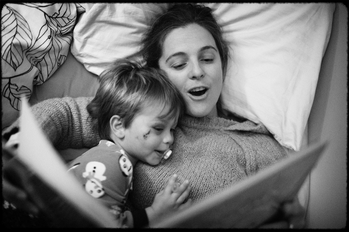 mom-read-bedtime-story-documentary-family-photography