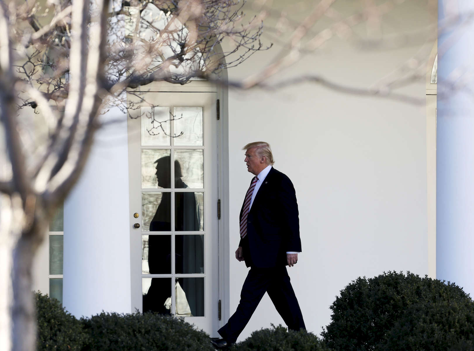 US President Donald Trump walks to the Ovale Office.